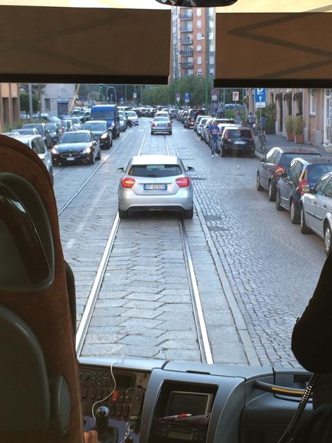 ミラノ空港からホテルへのバスの車窓から見える石畳の道路